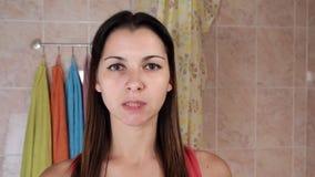 Härlig kvinna som gör anti--åldras övningar Gymnastik för en framsida Facebuilding ansiktsbehandlingövningar Framsidayoga flicka arkivfilmer