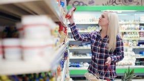Härlig kvinna som gör livsmedelsbutikshopping lager videofilmer
