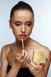 Härlig kvinna som gör makeup som sätter Lipgloss på kanter Skönhetsmedel Royaltyfria Bilder