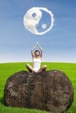 Härlig kvinna som gör yogameditation under ying av det yang molnet Royaltyfri Bild