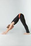 Härlig kvinna som gör yogunavitbakgrund Fotografering för Bildbyråer