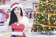 Härlig kvinna som ger julgåvan Arkivfoton