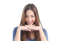 Härlig kvinna som håller ögonen på med en genomträngandeblick Arkivbild