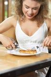 Härlig kvinna som har lunch på restaurangen Royaltyfria Foton