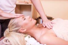 Härlig kvinna som har massage arkivfoto