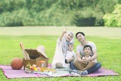 Härlig kvinna som har picknick med hennes familj Royaltyfria Foton