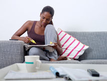 Härlig kvinna som hemma gör jobbjakt royaltyfri foto