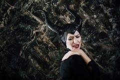 Härlig kvinna som kläs som Maleficent Royaltyfri Bild