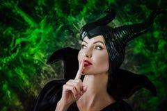 Härlig kvinna som kläs som Maleficent royaltyfri fotografi