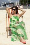 Härlig kvinna som kopplar av att ligga på en soldagdrivare Fotografering för Bildbyråer