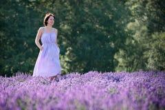 Härlig kvinna som kopplar av i lavendelfält royaltyfria foton