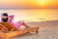 Härlig kvinna som kopplar av på soluppgång över Röda havet Arkivbild