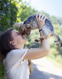 Härlig kvinna som kysser hunden arkivbilder