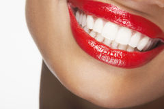 Härlig kvinna som ler med röda kanter Arkivfoton