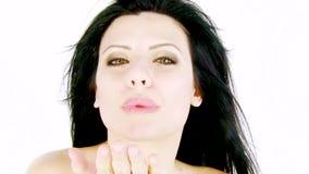 Härlig kvinna som ler med vind i hår stock video