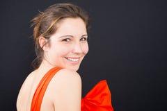 Härlig kvinna som ler mot bakgrund arkivfoton