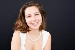 Härlig kvinna som ler mot bakgrund arkivbild