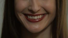 Härlig kvinna som ler och skrattar closeupen stock video