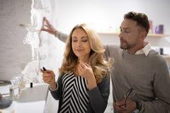 H?rlig kvinna som luktar doft fr?n en journal royaltyfri foto