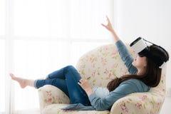Härlig kvinna som ner ligger på att koppla av för soffa Arkivfoton