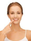Härlig kvinna som pekar till tänder Royaltyfri Foto
