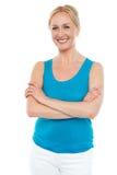 Härlig kvinna som plattforer med korsade armar Royaltyfri Foto