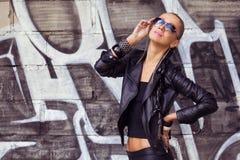 Härlig kvinna som poserar i solglasögon royaltyfri bild