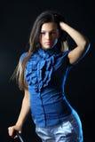 Härlig kvinna som poserar i studio royaltyfri fotografi