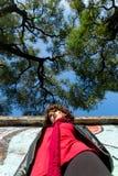 Härlig kvinna som poserar med blåa grafitti Royaltyfria Bilder