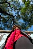 Härlig kvinna som poserar med blåa grafitti Arkivfoton