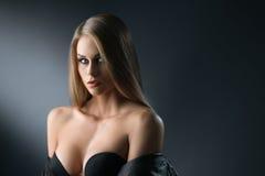 Härlig kvinna som poserar med den öppna urringningen Royaltyfri Foto