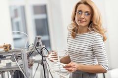Härlig kvinna som poserar med DNAmodellen som göras med skrivaren 3D Arkivfoto