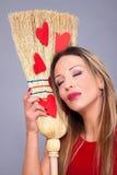 Härlig kvinna som poserar med röda hjärtor som göras av papper på broen Royaltyfria Bilder