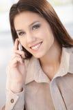 Härlig kvinna som pratar på mobilt le Arkivbilder
