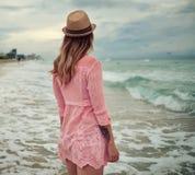 Härlig kvinna som promenerar den södra stranden, Miami Royaltyfria Bilder