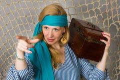 Härlig kvinna som rymmer en piratkopiera med en bröstkorg Royaltyfria Bilder
