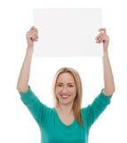 Härlig kvinna som rymmer ett blankt bräde arkivfoto