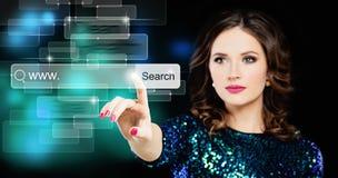 Härlig kvinna som söker efter saker i rengöringsduk digitalt frambragt högt surfa för bildinternetres arkivbild