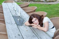 Härlig kvinna som sitter i utomhus- restaurang Arkivfoton
