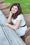 Härlig kvinna som sitter i utomhus- restaurang Arkivbild