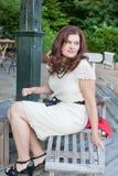 Härlig kvinna som sitter i utomhus- restaurang Royaltyfria Foton