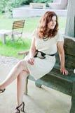 Härlig kvinna som sitter i utomhus- restaurang Arkivbilder