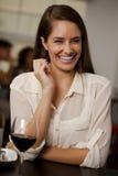 Härlig kvinna som skrattar i en restaurang Arkivbilder