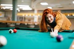 Härlig kvinna som spelar snooker Royaltyfri Fotografi