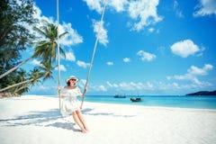 Härlig kvinna som svänger på en tropisk strand, Koh Phangan ö thailand Fotografering för Bildbyråer