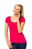 Härlig kvinna som svarar den smarta telefonen Royaltyfri Foto