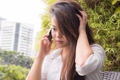 Härlig kvinna som talar på mobiltelefonen Royaltyfria Foton