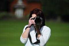 Härlig kvinna som tar bilder Royaltyfria Bilder
