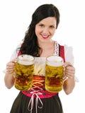 Härlig kvinna som tjänar som Oktoberfest öl Arkivbilder