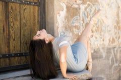 Härlig kvinna som tycker om balett Royaltyfria Foton